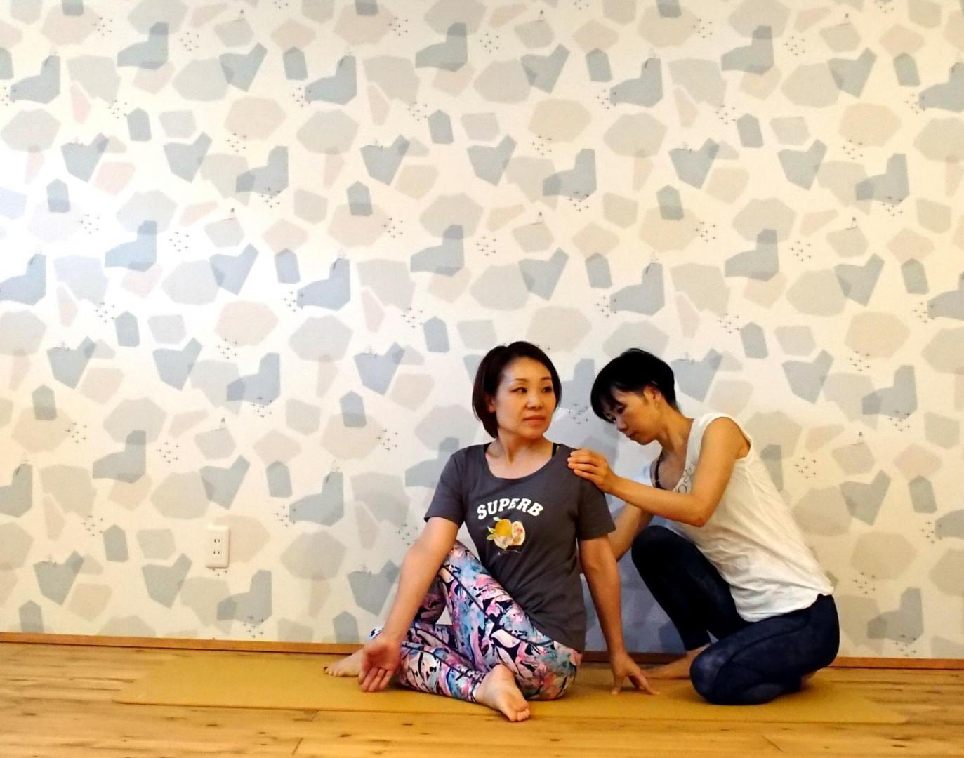 女性2人がヨガ資格講座を練習