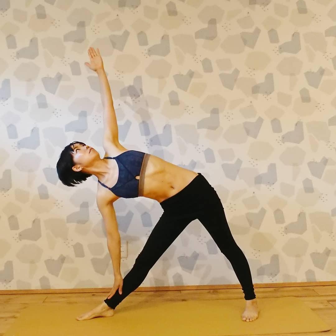ヨガ資格講座の練習する女性