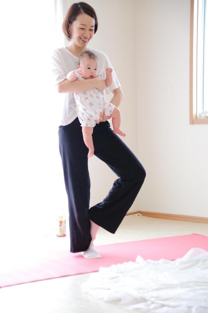 赤ちゃんと一緒に親子ヨガ 立ち木のポーズ